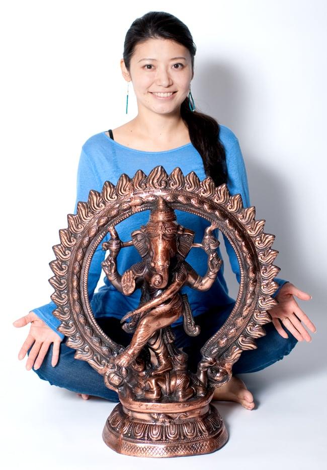 ダンシング・ガネーシャ【61.5cm】の写真8 - モデルさんとの比較写真です。存在感のある神様像です。