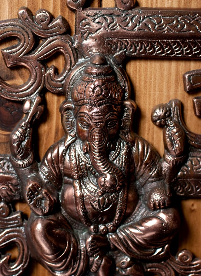 〔壁掛けタイプ〕インドの神様ウォールハンギング - 卍とオーンガネーシャ〔21cm〕の写真2 - 顔の拡大写真です