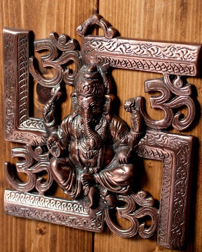 〔壁掛けタイプ〕インドの神様ウォールハンギング - 卍とオーンガネーシャ〔21cm〕の写真3 - 斜め上からの写真です
