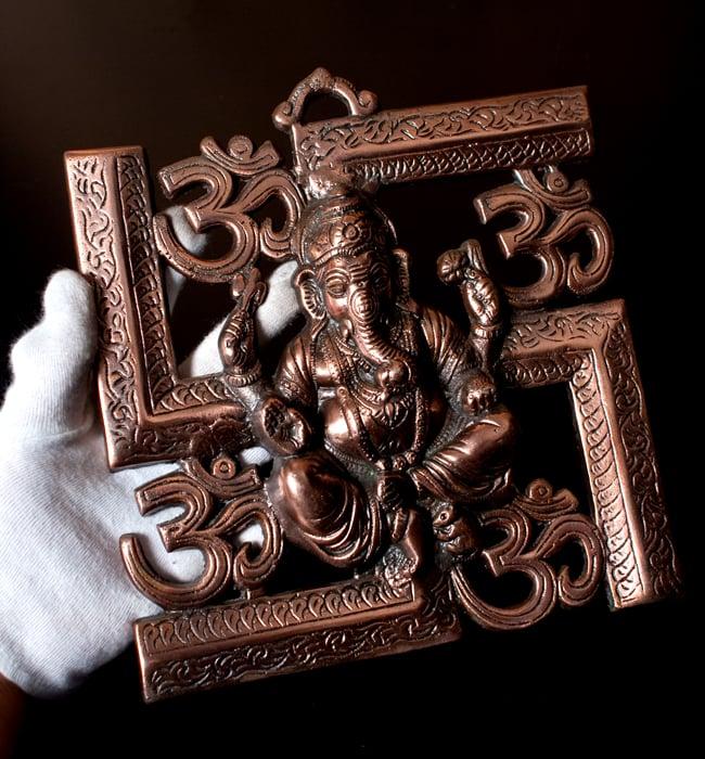 〔壁掛けタイプ〕インドの神様ウォールハンギング - 卍とオーンガネーシャ〔21cm〕の写真9 - サイズ感はこのくらいになります