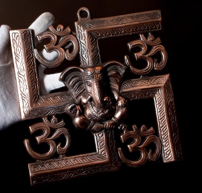 〔壁掛けタイプ〕インドの神様ウォールハンギング - 卍とオーンガネーシャ〔24cm〕の写真9 - サイズ感はこのくらいになります(同じ大きさの類似商品になります)