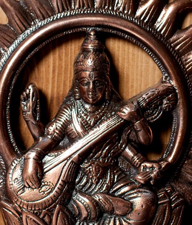 〔壁掛けタイプ〕インドの神様ウォールハンギング - サラスヴァティ 音楽の神様〔27.5cm〕の写真2 - 顔の拡大写真です