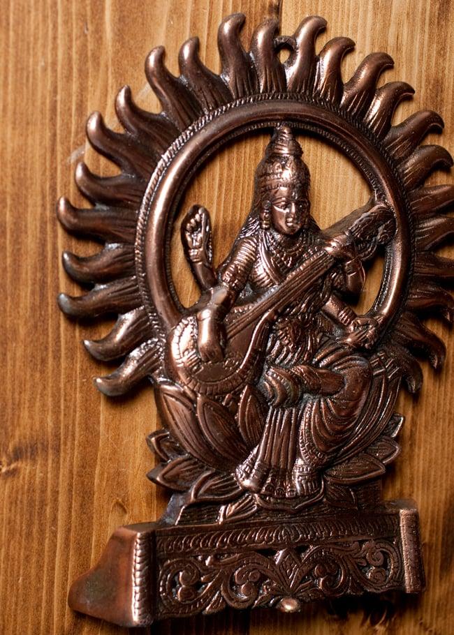 〔壁掛けタイプ〕インドの神様ウォールハンギング - サラスヴァティ 音楽の神様〔27.5cm〕の写真4 - 反対側からの写真です