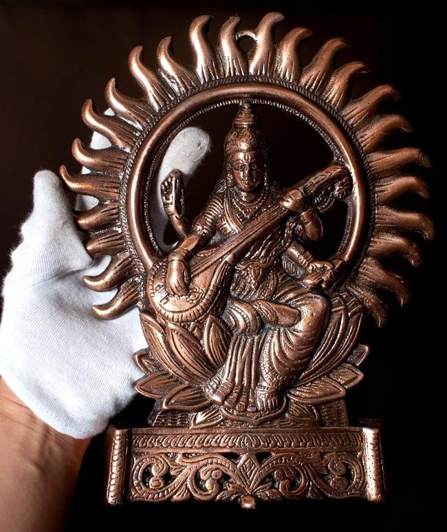 〔壁掛けタイプ〕インドの神様ウォールハンギング - サラスヴァティ 音楽の神様〔27.5cm〕の写真9 - サイズ感はこのくらいになります
