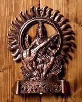 〔壁掛けタイプ〕インドの神様ウォールハンギング - サラスヴァティ 音楽の神様〔27.5cm〕