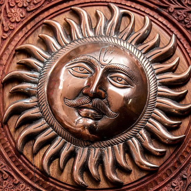 〔壁掛けタイプ〕インドの神様ウォールハンギング - スーリャ 太陽神〔25cm〕の写真2 - 顔の拡大写真です