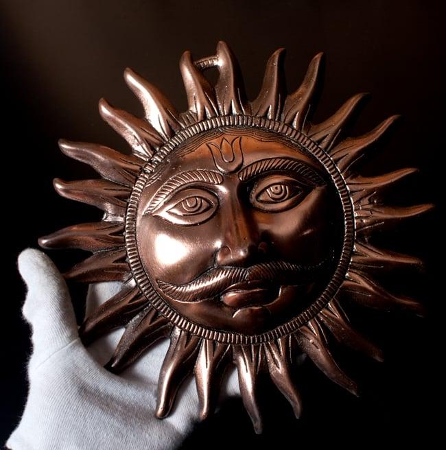 〔壁掛けタイプ〕インドの神様ウォールハンギング - スーリャ 太陽神〔25cm〕の写真9 - サイズ感はこのくらいになります