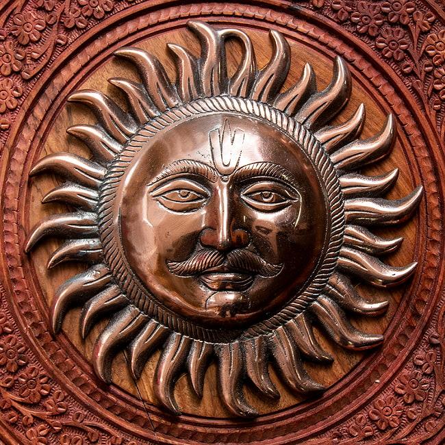 〔壁掛けタイプ〕インドの神様ウォールハンギング - スーリャ 太陽神〔25cm〕の写真