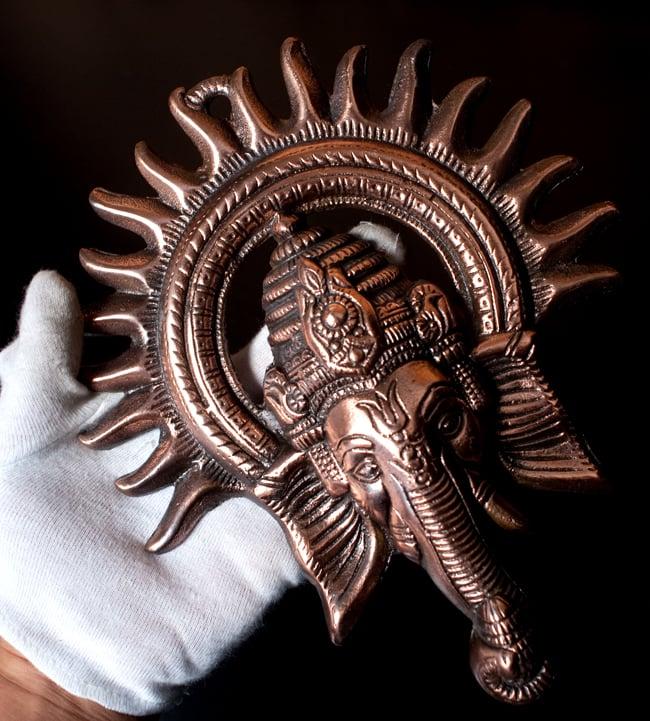 〔壁掛けタイプ〕インドの神様ウォールハンギング - ガネーシャフェイス〔23.5cm〕の写真9 - サイズ感はこのくらいになります