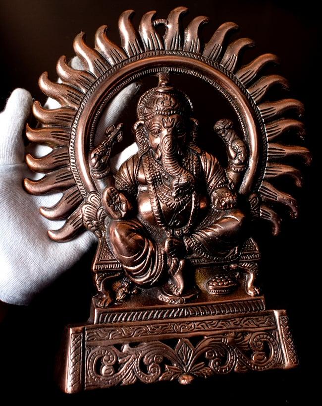 〔壁掛けタイプ〕インドの神様ウォールハンギング - 座りガネーシャ〔27.5cm〕の写真9 - サイズ感はこのくらいになります