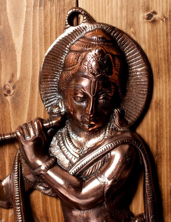 〔壁掛けタイプ〕インドの神様ウォールハンギング - 笛を奏でる クリシュナ〔53cm〕の写真2 - 顔の拡大写真です