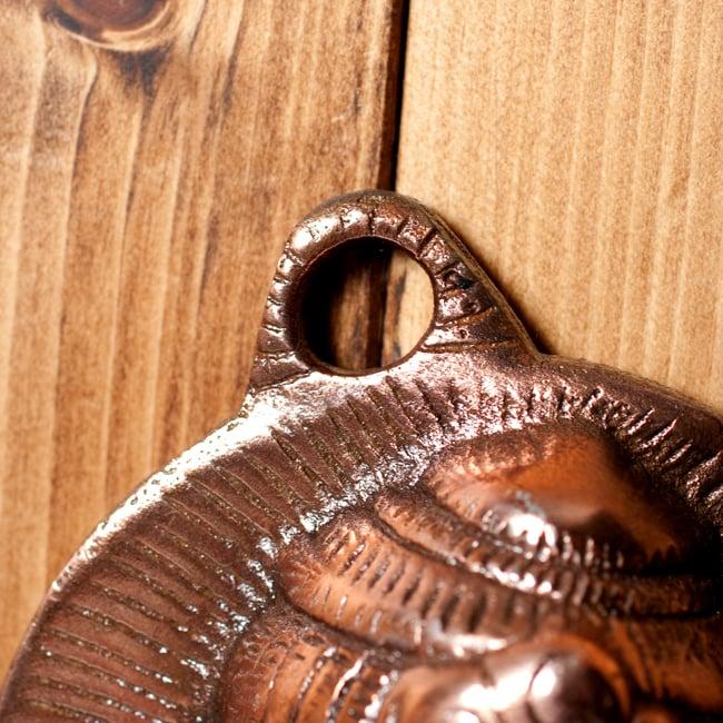 〔壁掛けタイプ〕インドの神様ウォールハンギング - 笛を奏でる クリシュナ〔53cm〕の写真5 - こちらの上部についているところが取り付け用の穴になります。ビスや釘等に引っ掛けて使用します。写真では小さなピンで仮止めしてあります。