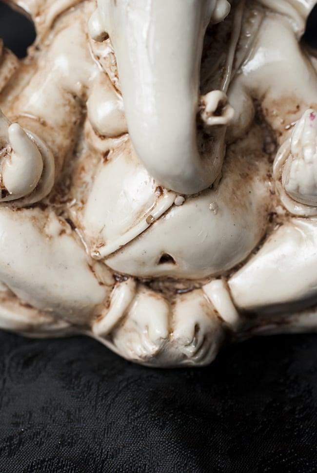 ラッドゥ・ガネーシャ ホワイト[12cm]の写真5 - 脚部を中心に見てみました。