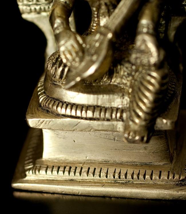 ブラス製 サラスヴァティ像[9.4cm]の写真7 - 細かいところも丁寧に作られています