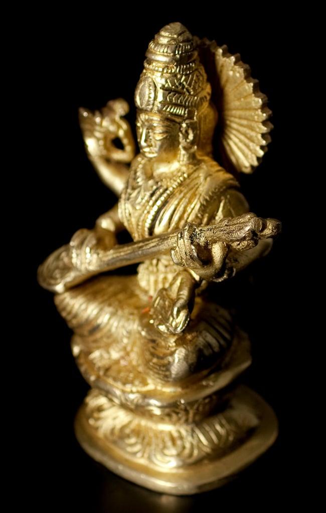 ブラス製 サラスヴァティ像[11.2cm]の写真3 - 斜めからの写真です