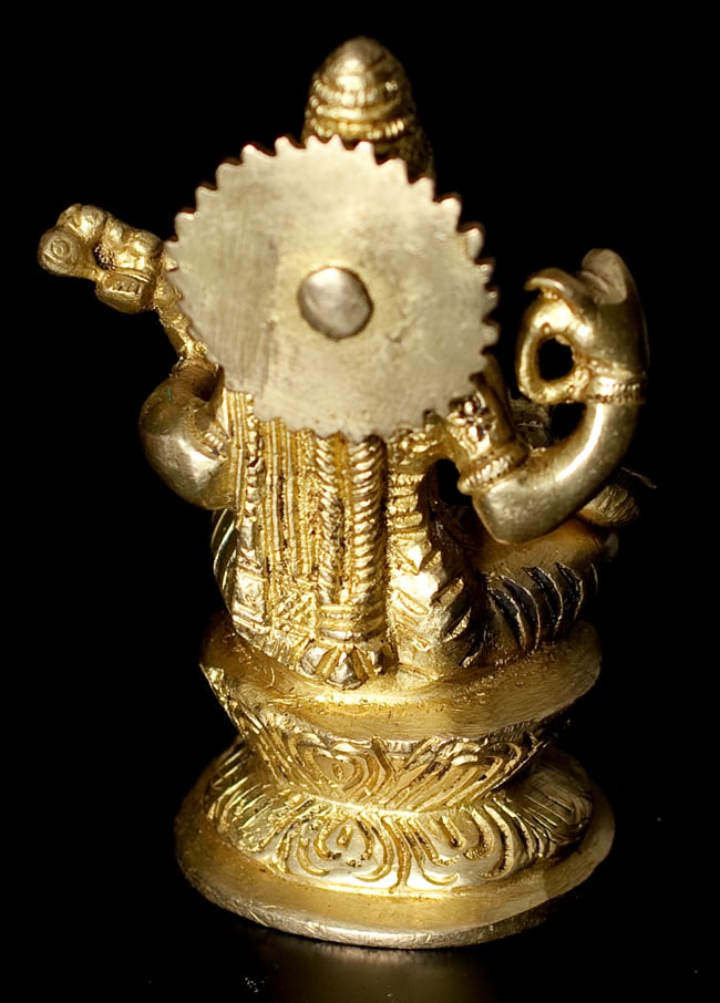 ブラス製 サラスヴァティ像[11.2cm]の写真5 - 裏面はこのようになっています