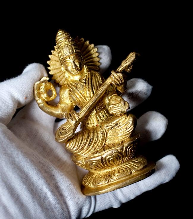 ブラス製 サラスヴァティ像[11.2cm]の写真8 - このくらいのサイズ感になります。ブラス製なのでずっしりと見た目以上に重さを感じます。