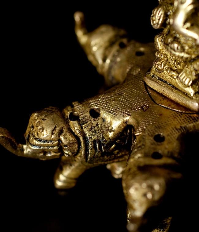 12本立てられる!ガネーシャと象さんのブラス製お香立て[5.5cm] 6 - お香を立てられる穴があいています