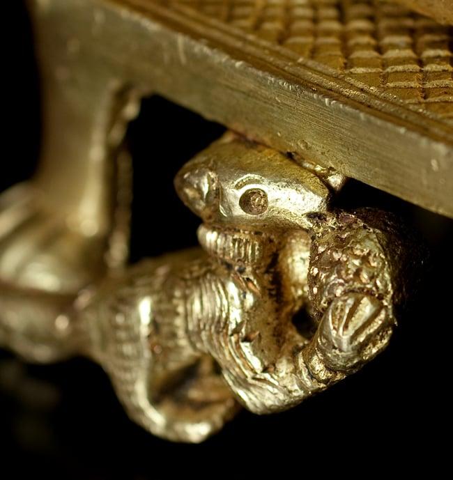 ブラス製 座りガネーシャのオイルランプ&香立て[13.5cm]の写真9 - 細部もよく作られています。こちらはガネーシャの乗り物、ネズミさんです。