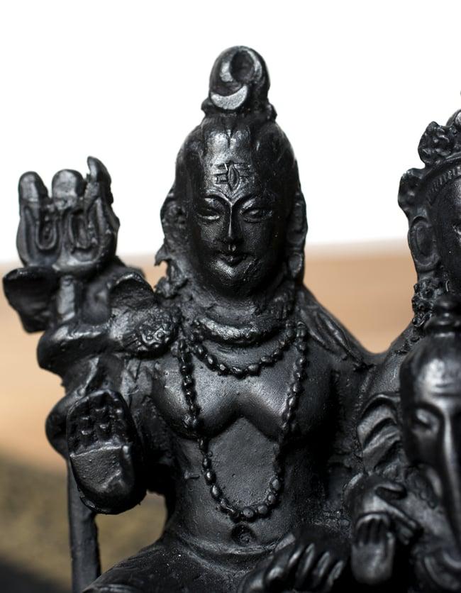 シヴァ・パールヴァティ・ガネーシャ ブラック[12.5cm]の写真2 - 美しい顔立ちです。
