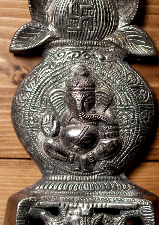 〔壁掛けタイプ〕インドの神様ウォールハンギング - カラシュとガネーシャ〔20cm〕の写真2 - 顔の拡大写真です