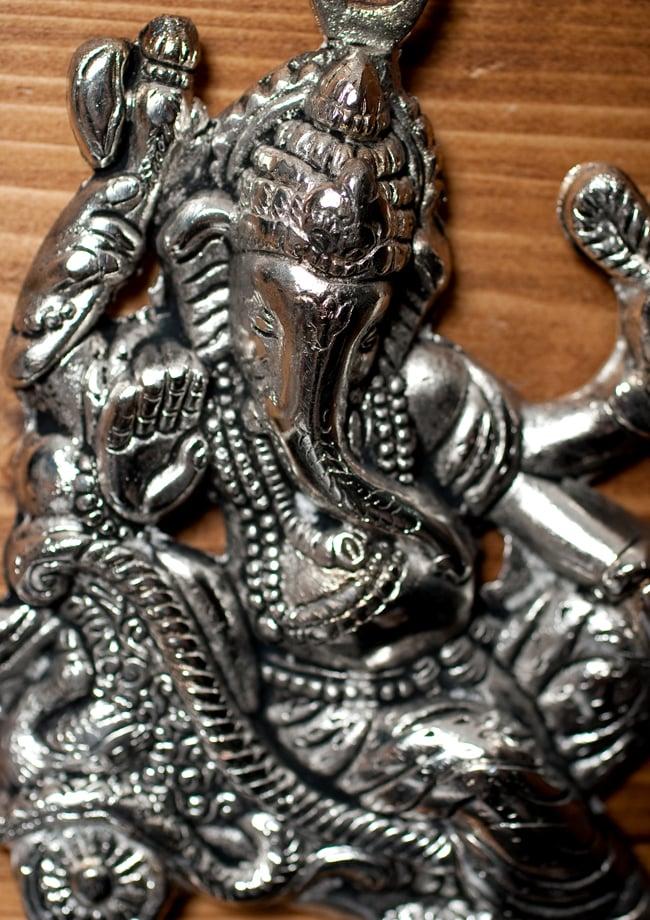 〔壁掛けタイプ〕インドの神様ウォールハンギング - ガネーシャ〔16.5cm〕の写真2 - 顔の拡大写真です