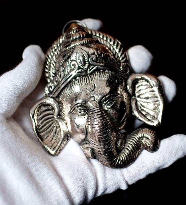 〔壁掛けタイプ〕インドの神様ウォールハンギング - フェイスガネーシャ〔10.8cm〕の写真9 - サイズ感はこのくらいになります