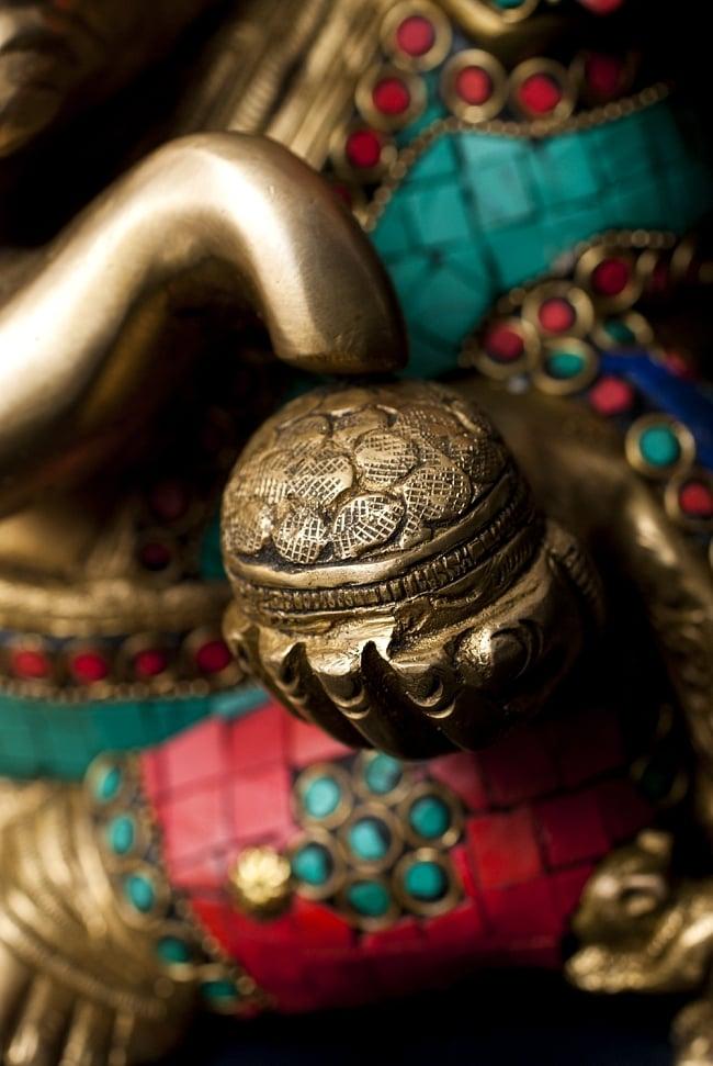 【一点もの】緑青石装飾のガネーシャ[高さ:21cm]の写真5 - 手には大好物のモーダカ。