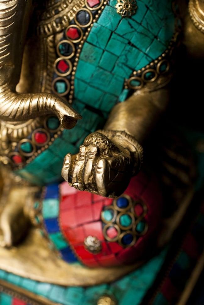 【一点もの】緑青石装飾のガネーシャ[高さ:26cm]の写真5 - 手には大好物のモーダカ。