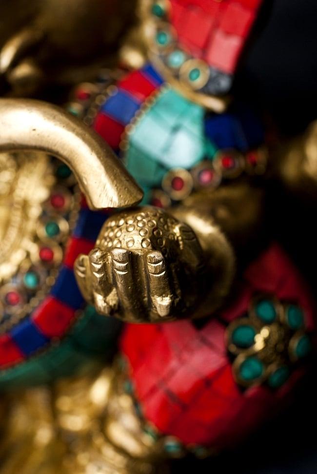 【一点もの】緑青石装飾のガネーシャ[高さ:19cm]の写真5 - 手には大好物のモーダカ。