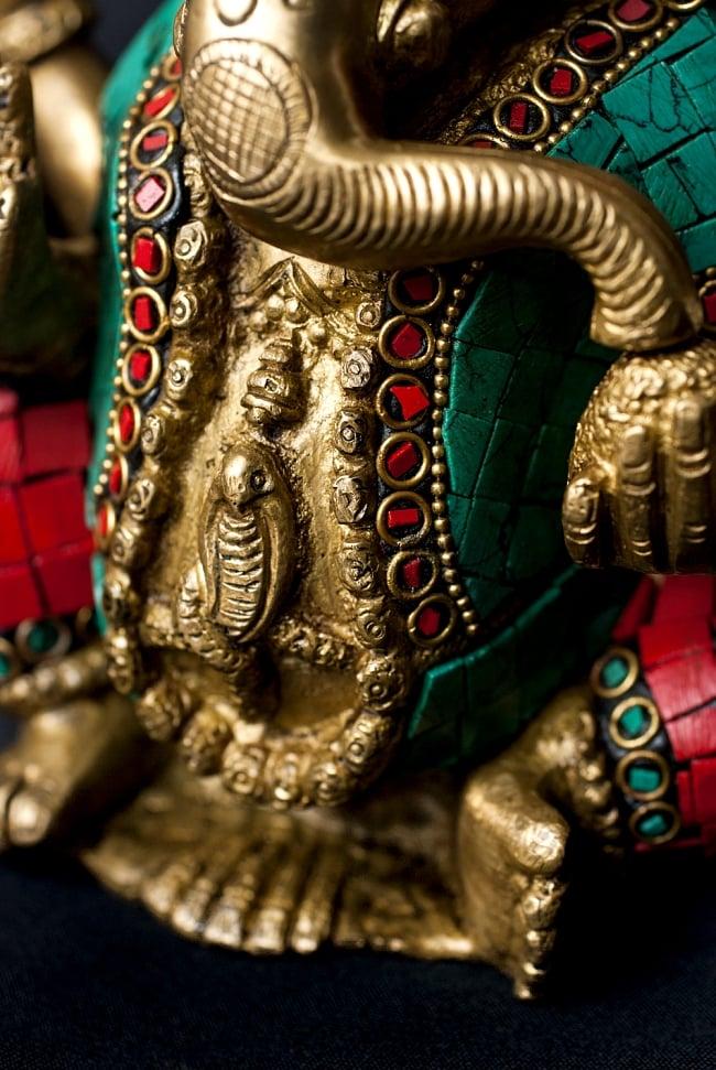 【一点もの】緑青石装飾のガネーシャ[高さ:20cm]の写真6 - 腹部には大蛇がいます