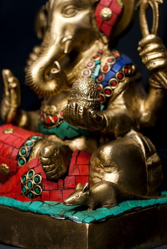 【一点もの】緑青石装飾のガネーシャ[高さ:21.5cm]の写真5 - 足元にはガネーシャの乗り物、ネズミがいます。