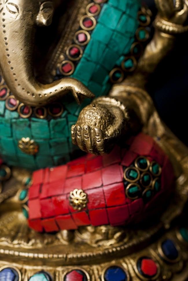 【一点もの】緑青石装飾のガネーシャ[高さ:20.5cm]の写真6 - 手には大好物のモーダカ