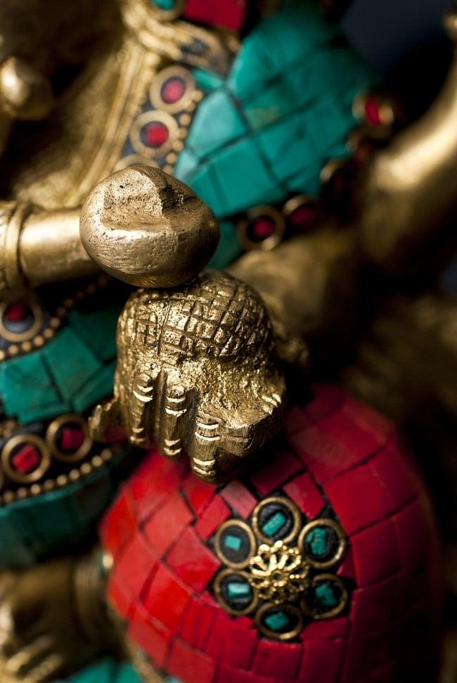 【一点もの】緑青石装飾のガネーシャ[高さ:22cm]の写真6 - 手には大好物のモーダカ