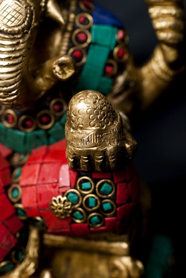 【一点もの】緑青石装飾のガネーシャ[高さ:20cm]の写真5 - 手には大好物のモーダカを持っています。