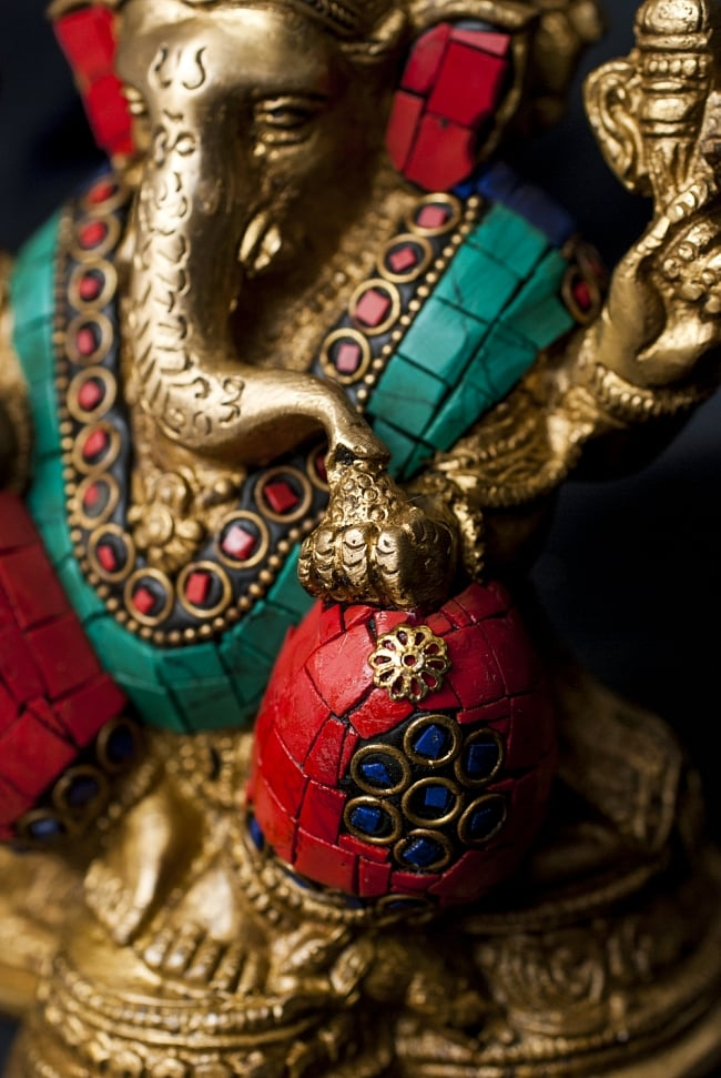 【一点もの】緑青石装飾のガネーシャ[高さ:16.5cm]の写真5 - 手には大好物のモーダカを持っています。