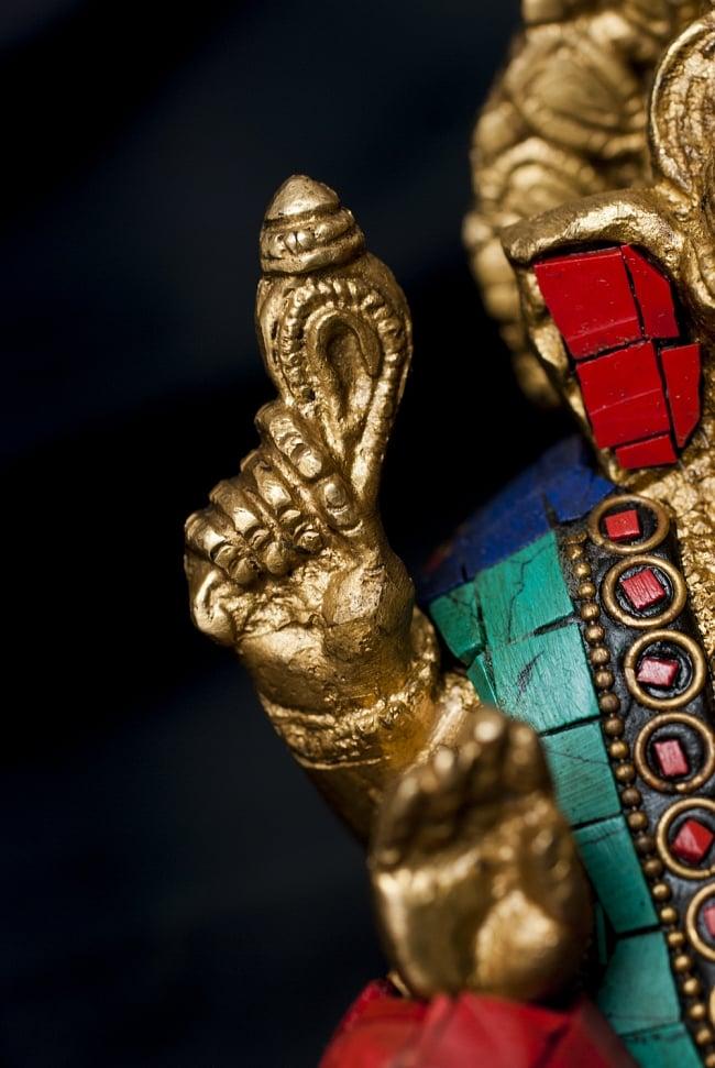 【一点もの】緑青石装飾のガネーシャ[高さ:16.5cm]の写真6 - 法具を手にしたガネーシャ