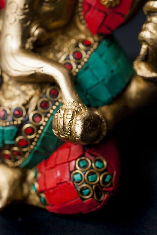 【一点もの】緑青石装飾のガネーシャ[高さ:14cm]の写真6 - 手には大好物のモーダカ