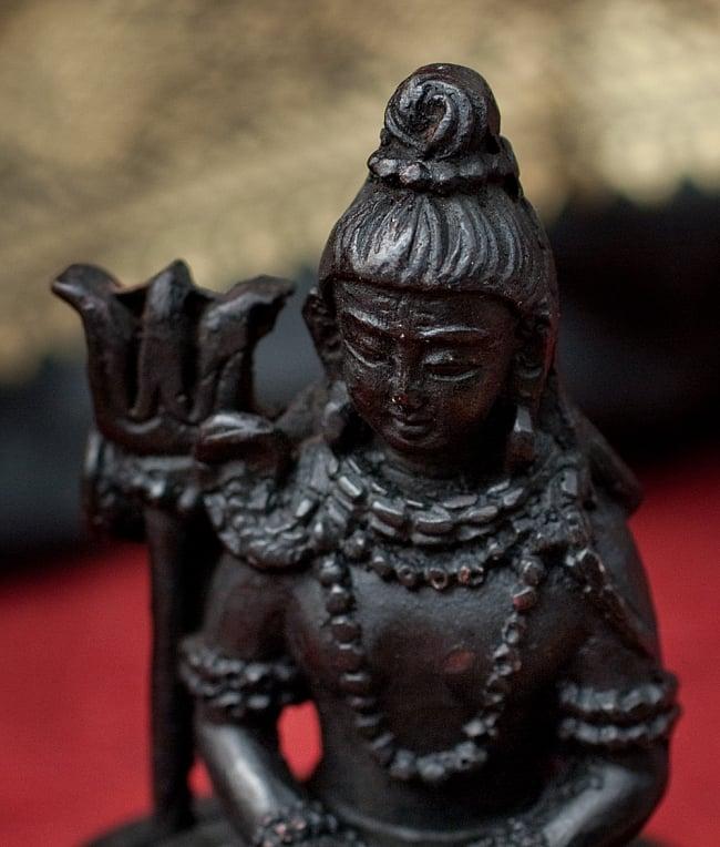 シヴァリンガ像[11.7cm]の写真4 - 顔の部分を拡大してみました