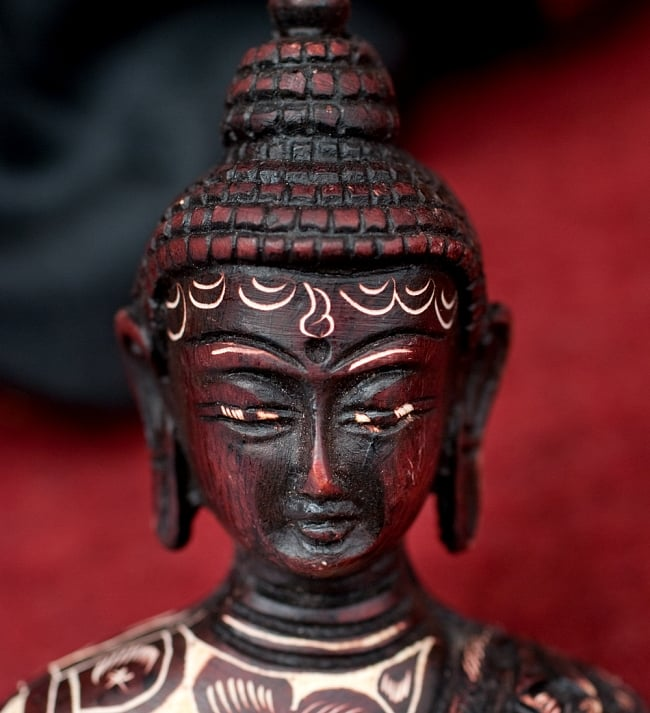 手彫り模様の半身ブッダ像[10cm] 4 - 顔の部分を拡大してみました