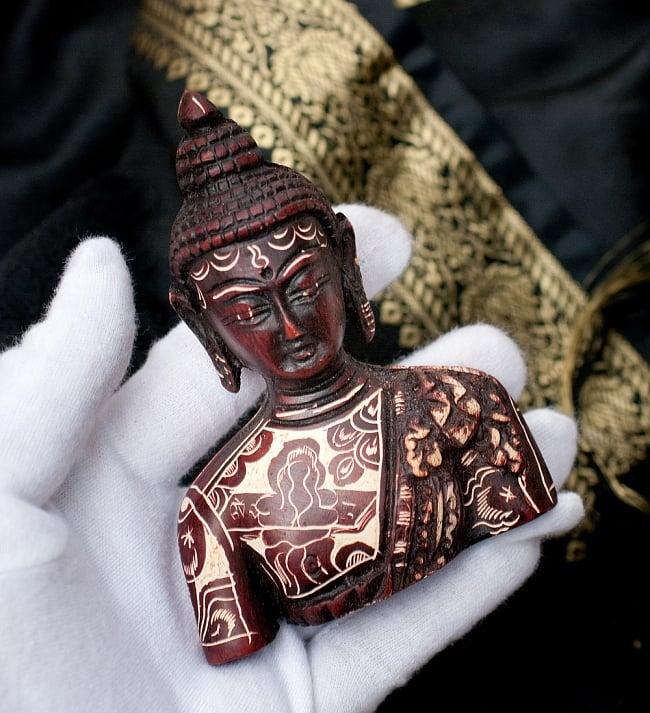 手彫り模様の半身ブッダ像[10cm] 7 - このくらいのサイズ感になります。ずっしりとした重量感があります。