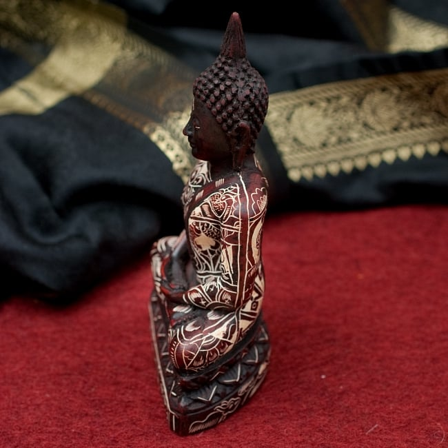 手彫り模様のブッダ像[16.3cm] 2 - 横からの写真です