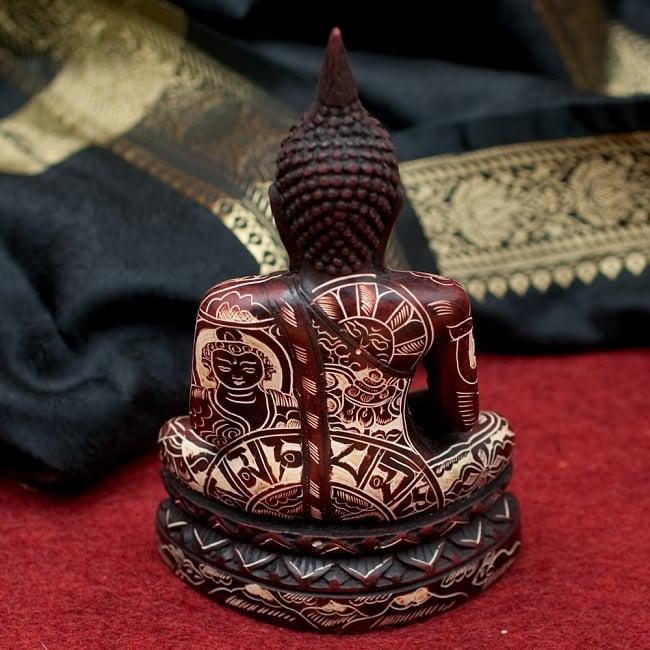 手彫り模様のブッダ像[16.3cm] 3 - 後ろからの写真です
