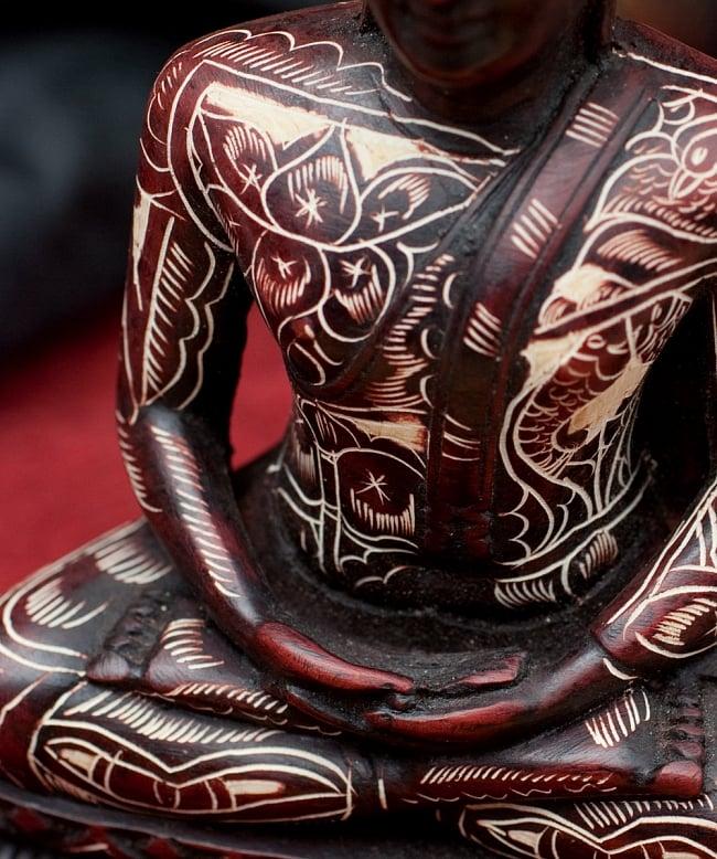 手彫り模様のブッダ像[16.3cm] 5 - 拡大写真です