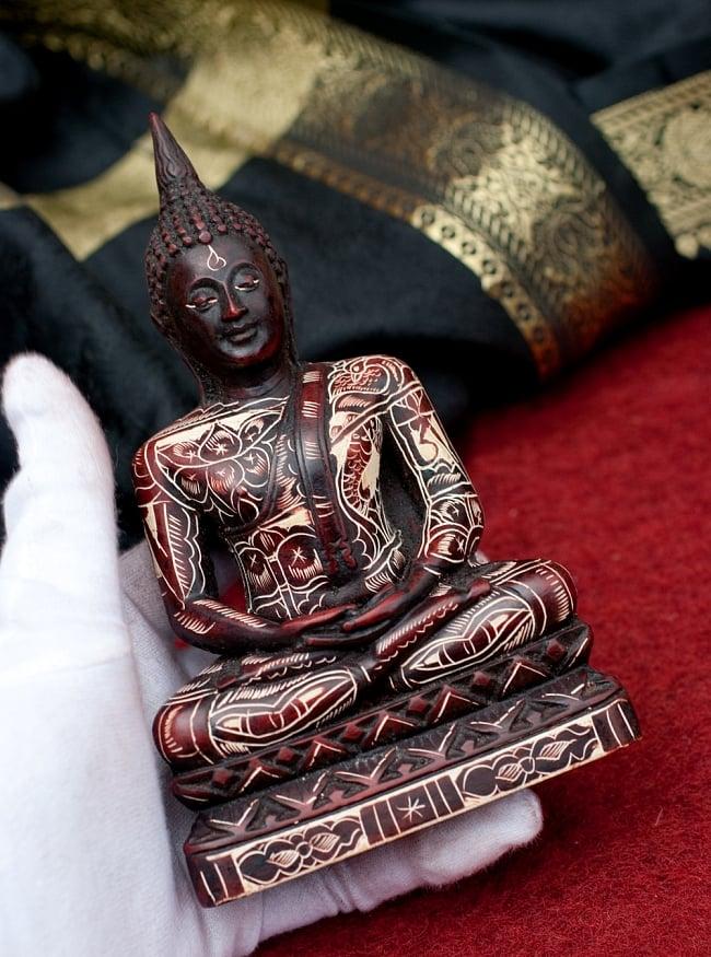 手彫り模様のブッダ像[16.3cm] 7 - このくらいのサイズ感になります。ずっしりとした重量感があります。