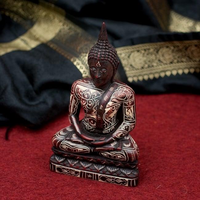 手彫り模様のブッダ像[16.3cm]の写真