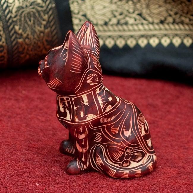 手彫り模様の座りネコ像 赤茶[9.2cm] 2 - 横からの写真です