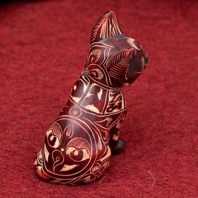 手彫り模様の座りネコ像 赤茶[9.2cm] 3 - 後ろからの写真です