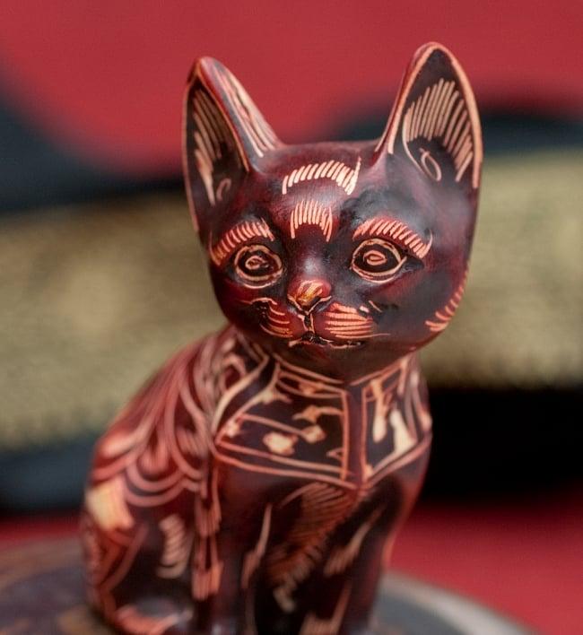 手彫り模様の座りネコ像 赤茶[9.2cm] 4 - 顔の部分を拡大してみました
