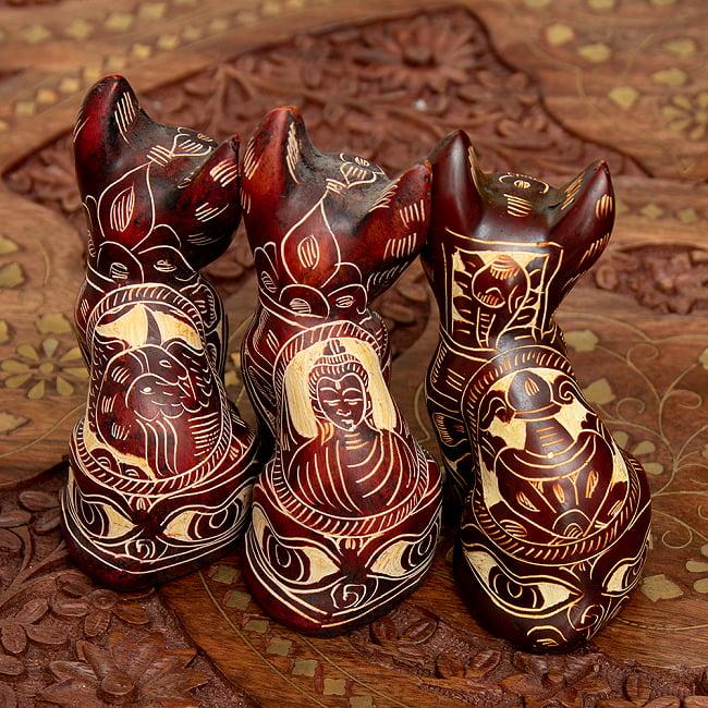 手彫り模様の座りネコ像 赤茶[9.2cm] 6 - 手彫りなのでデザインはマチマチです。